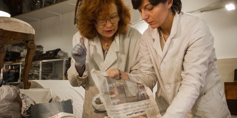 Gisela y Dolors organizando el trabajo en los cursos de restauración de muebles y objetos del taller ARtCO.