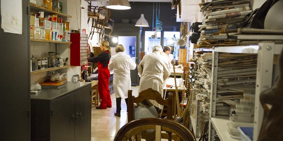 Clases de restauración de muebles y objetos antiguos en el taller.